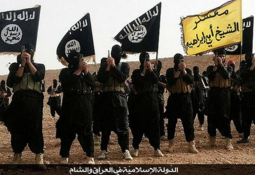 Miliziani sventolano le bandiere dell'Isis