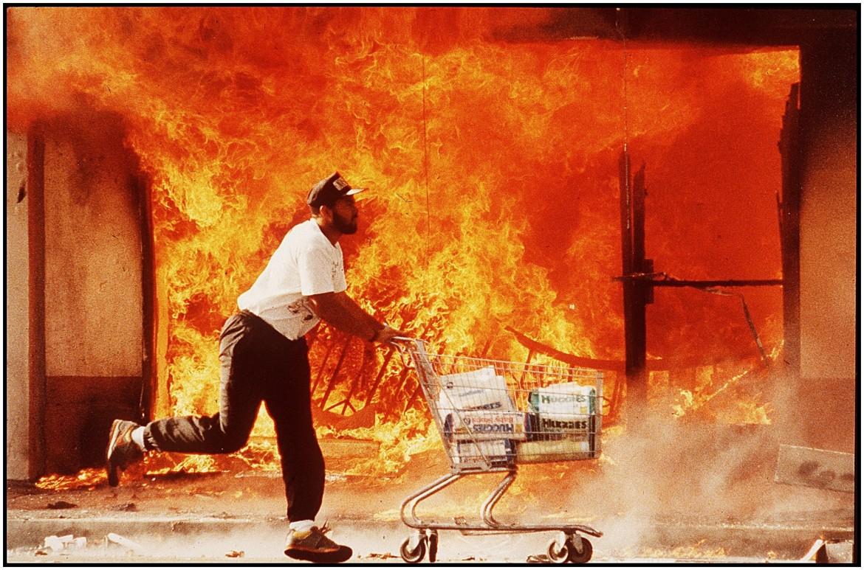 Un momento delle rivolte urbane a Los Angeles nel 1992