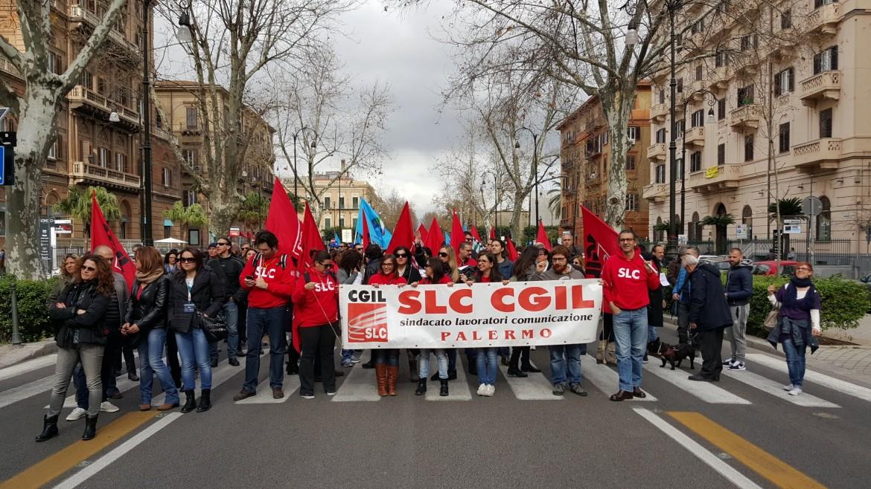 I lavoratori di Almaviva ieri in corteo a Palermo: nella città siciliana il gruppo di call center ha previsto 1670 licenziamenti