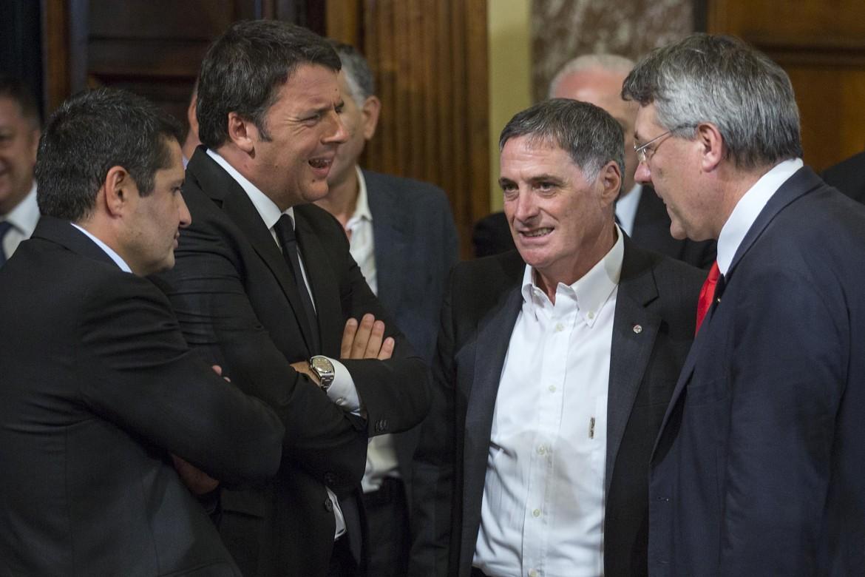 Marco Bentivogli (Fim Cisl), il premier Matteo Renzi, Rocco Palombella (Uilm Uil) e Maurizio Landini ai tempi dell'accordo Whirlpool (Palazzo Chigi, 24 luglio 2015)