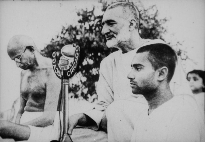 Abdul Ghaffar Khan con Gandhi durante una preghiera pubblica