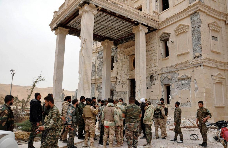 Soldati governativi siriani a Palmira durante la prima liberazione
