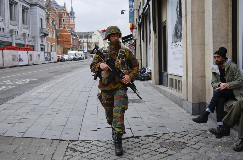 Un militare belga per le strade di Bruxelles