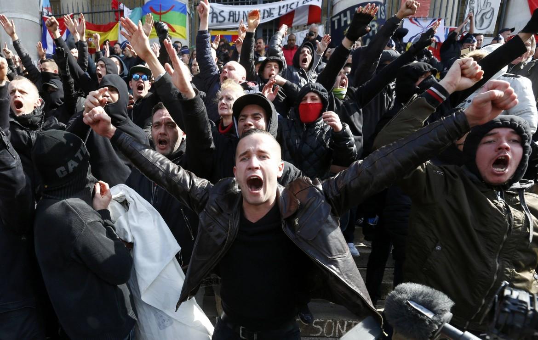 La manifestazioni degli hooligan di estrema destra domenica a Bruxelles