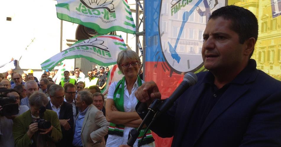 In primo piano Marco Bentivogli, leader della Fim. Sullo sfondo la segretaria della Cisl Annamaria Furlan