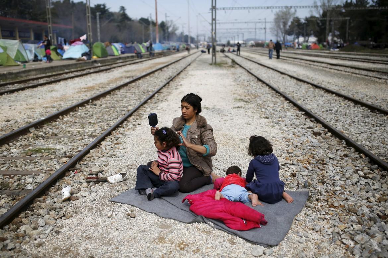 La ferrovia che taglia il campo di Idomeni