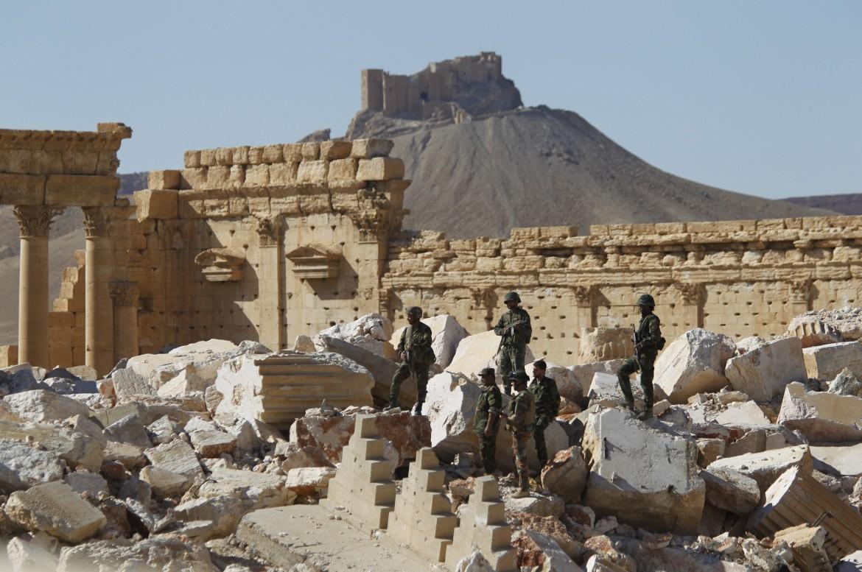 Soldati siriani tra le rovine di Palmira