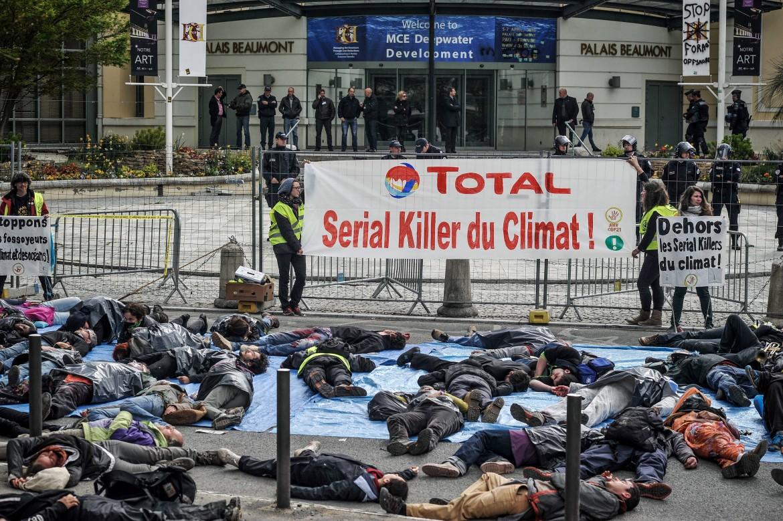 Protesta alla conferenza dei petrolieri sui giacimenti off-shore «Mce Deepwater Development 2016»