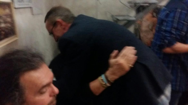 Massimo abbraccia Pete