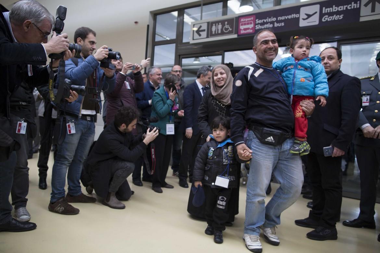Lo sbarco all'aeroporto Fiumicino dei primi profughi arrivati a Roma a febbraio grazie ai corridoi umanitari. Sotto una bambina siriana in attesa di imbarcarsi