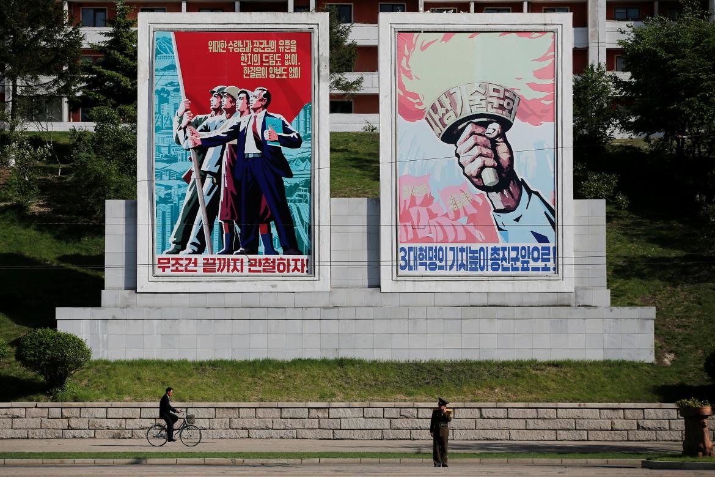 Cartelloni propagandistici a Pyongyang