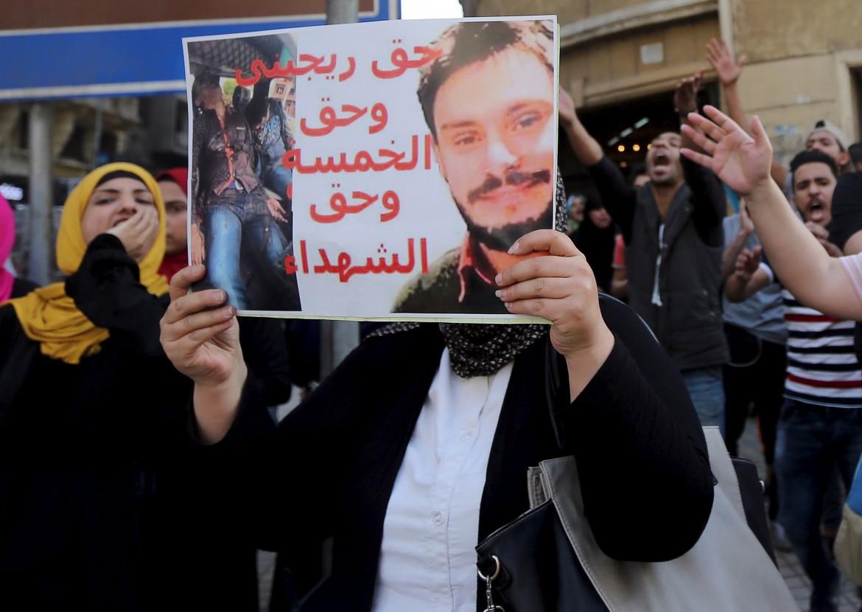 Una manifestante egiziana con un cartello per Giulio
