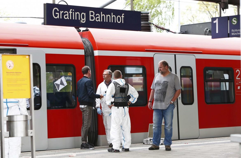 La polizia scientifica tedesca sulla banchina della stazione di Grafing, luogo dell'attentato