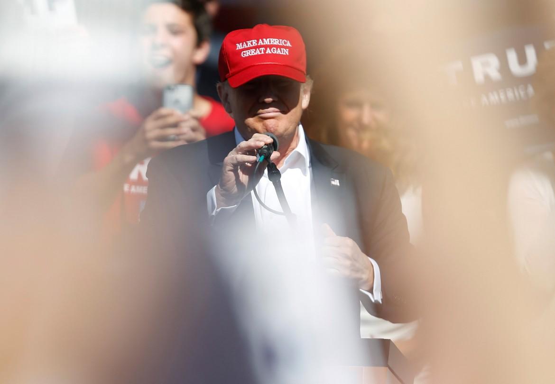 Trump con il cappellino Make America Great Again