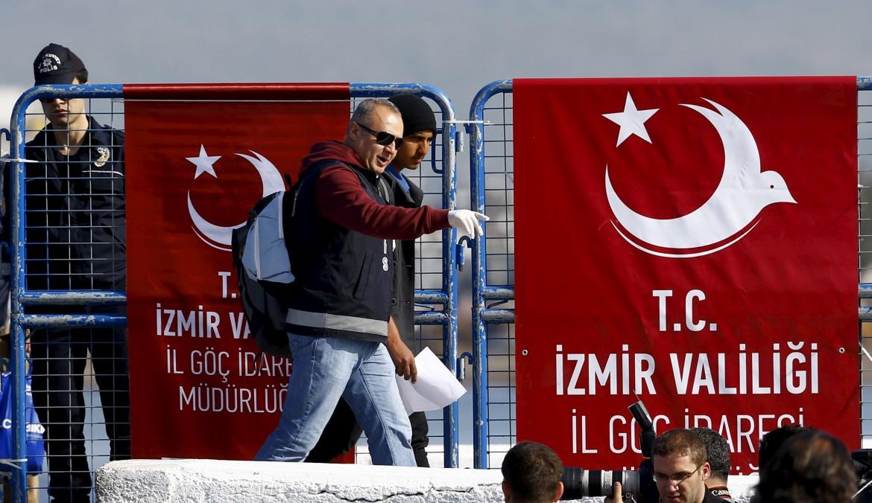 Traghetto con migranti approda sulla costa turca a Dikili