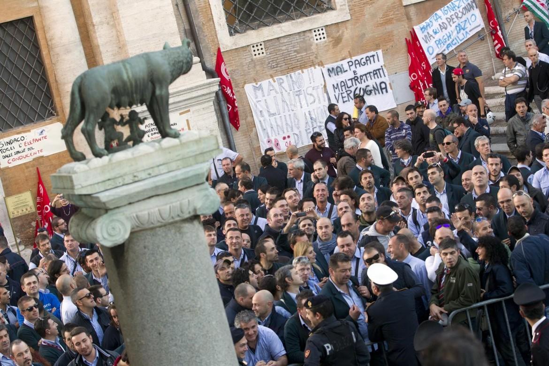 Immagine del primo sciopero dei dipendenti capitolini contro il taglio del salario accessorio