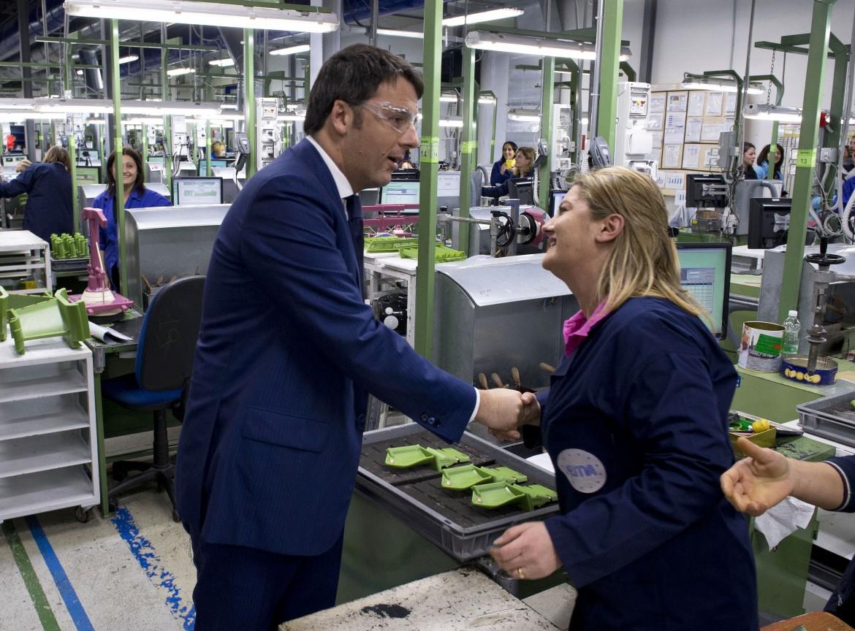 Il premier Matteo Renzi in una fabbrica