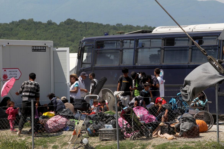 Profughi sgomberati dall'accampamento di Idomeni aspettano di partire  con il pullman