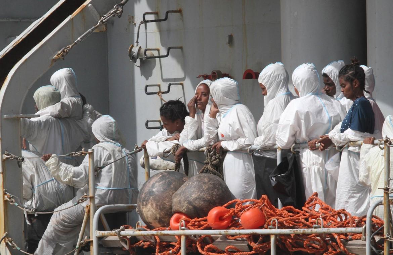 Lo sbarco a Reggio Calabria dei migranti tratti in salvo della nave Vega sulle coste della Libia