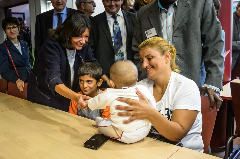 Anne Hidalgo accoglie profughi siriani e iracheni a Parigi