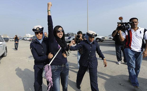 Zaynab al Khawaja al momento dell'arresto