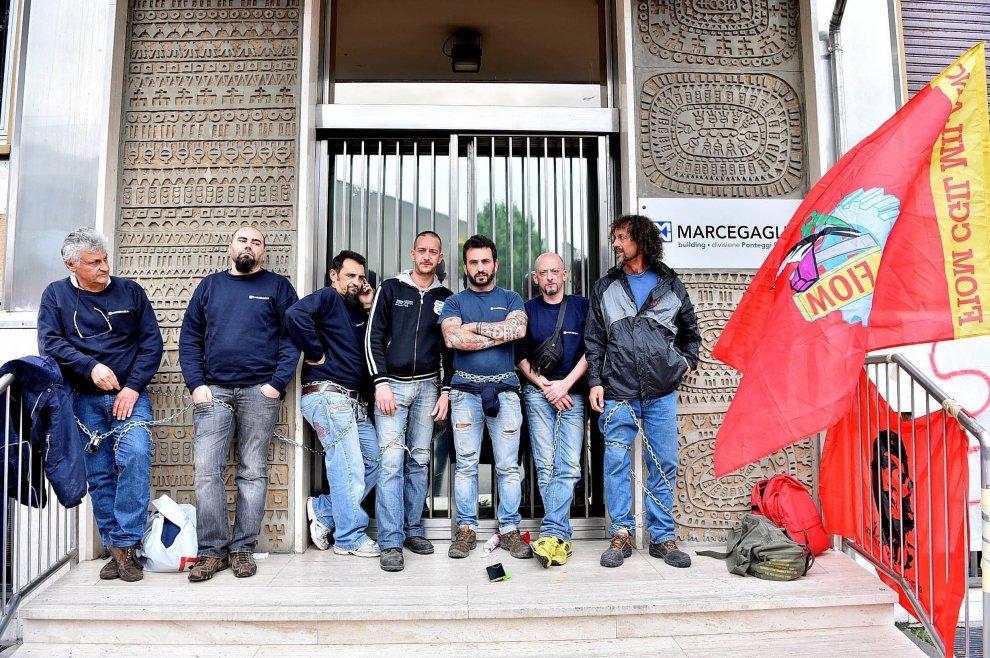 Operai in lotta alla Marceagaglia foto www.repubblica.it)