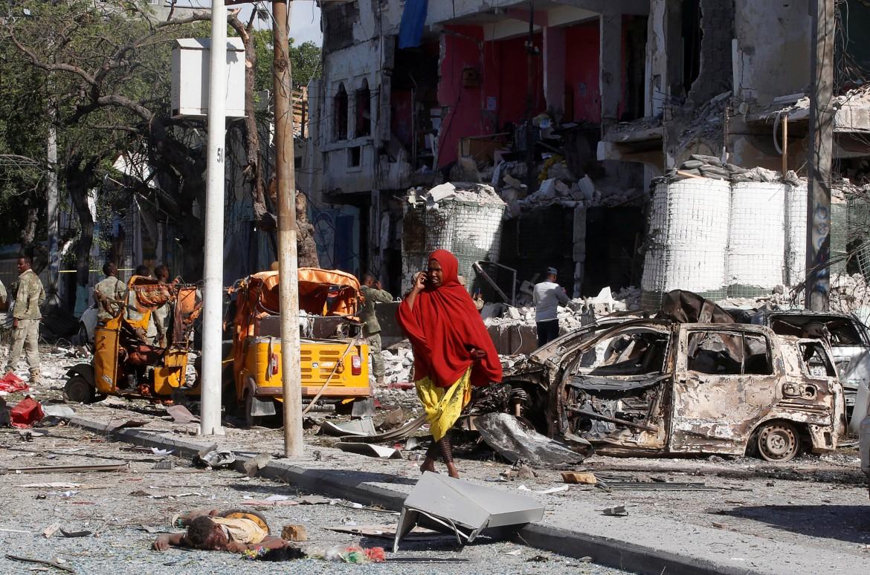 Davanti all'hotel Ambassador di Mogadiscio, ieri