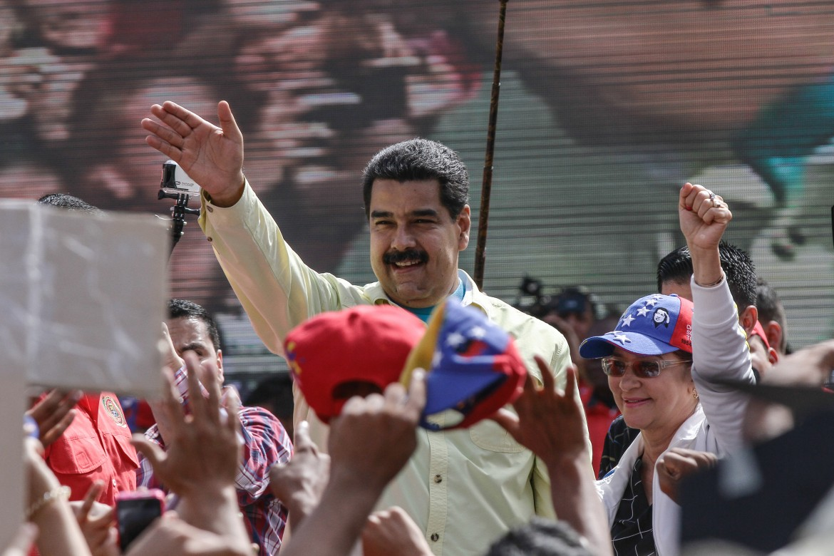 Caracas, Maduro in piazza
