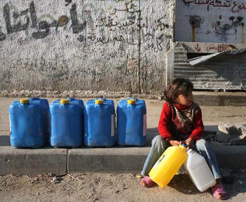 Gaza, in attesa di riempire le taniche