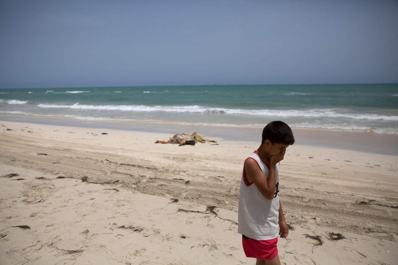 I corpi dei naufraghi recuperati sulla spiaggia libica di Zwara