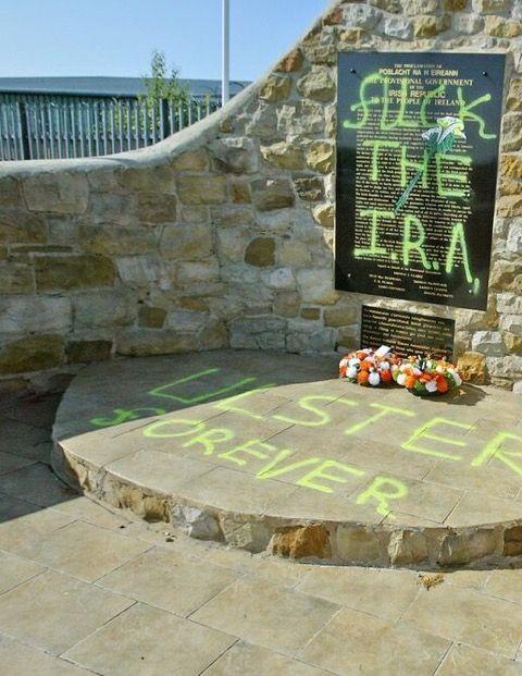 Il memoriale repubblicano che ospita i resti di Bobby Sands imbrattato nel cimitero cattolico di Belfast