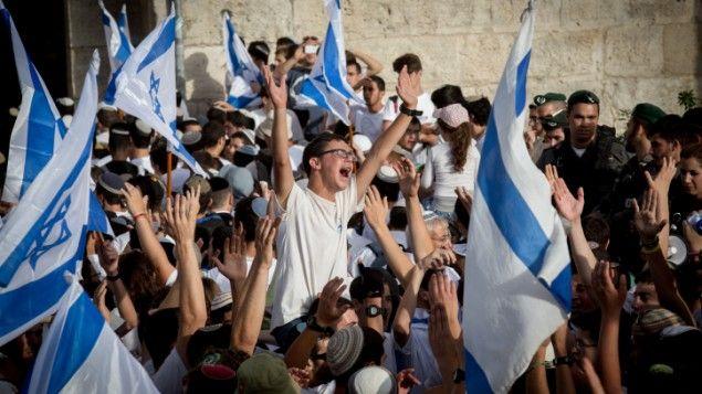 Giovani nazionalisti israeliani celebrano il