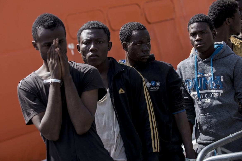 Migranti in arrivo al porto di Salerno