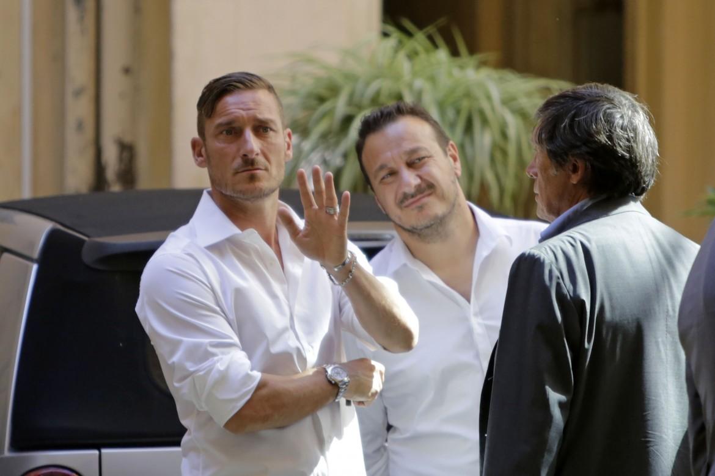 Francesco Totti e il fratello Riccardo dopo la firma del contratto con la Roma