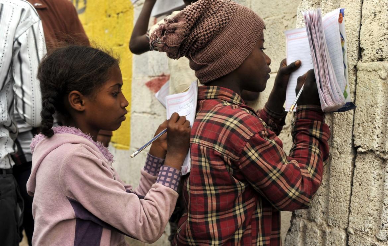 Bambini yemeniti studiano in una scuola mobile a Sana'a