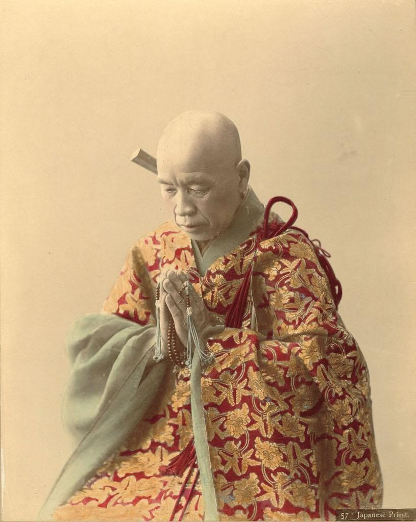 Un monaco giapponese nel suo abito tradizionale in una foto ottocentesca ritoccata a mano