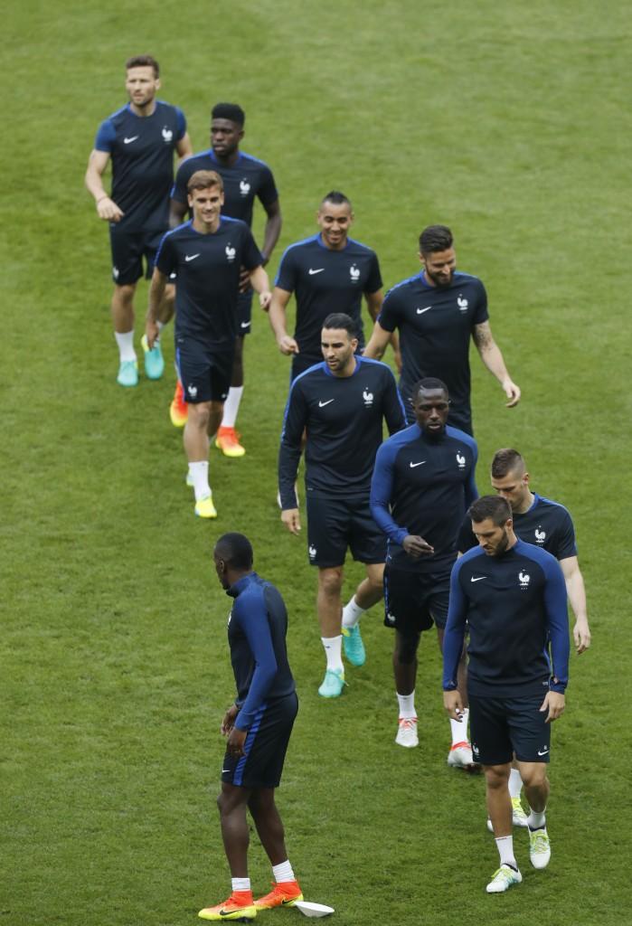 La Nazionale francese in allenamento, sotto l'escluso Benzema