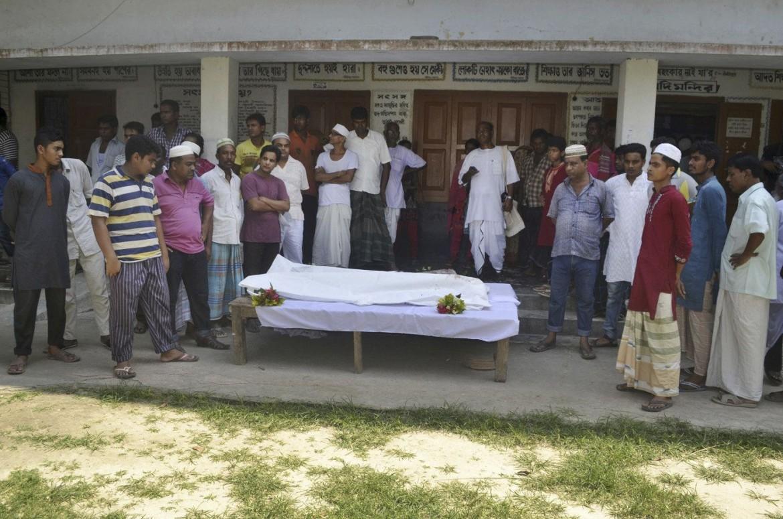 Dhaka, il funerale del volontario hindu ucciso venerdì