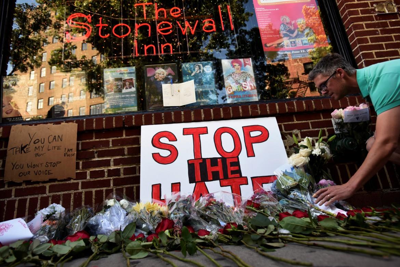 Fiori in ricordo delle vittime di Orlando allo Stonewall Inn di New York