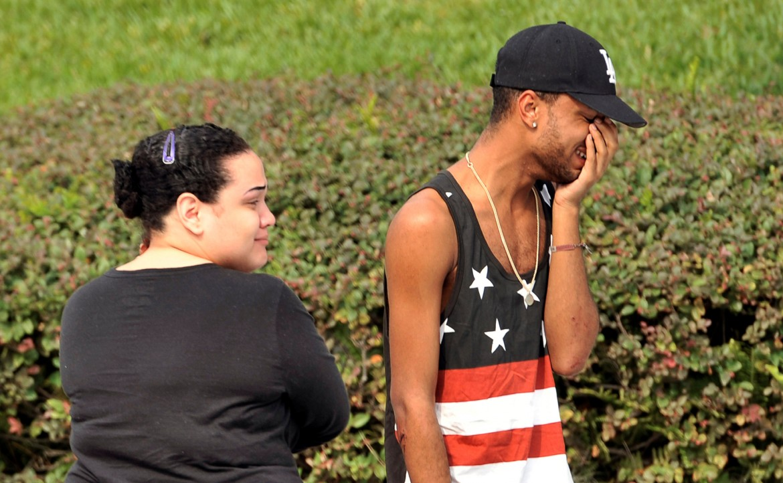 Amici e familiari delle vittime di Orlando (Florida) fuori dalla stazione di polizia