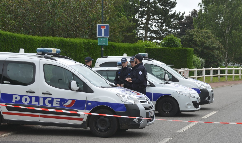 Parigi, la polizia sul luogo dell'agguato