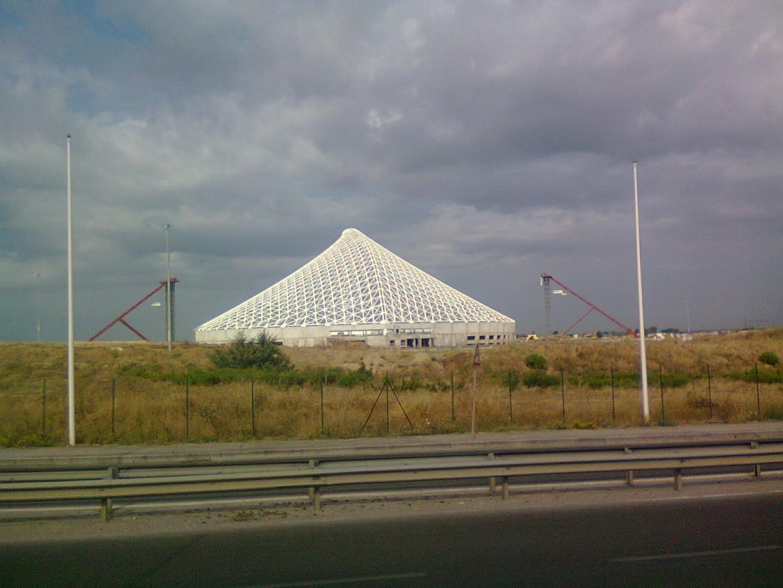 Il Palazzo dello Sport di Calatrava doveva essere inaugurato nel 2009 (la foto è del 2011). E' costato oltre 400 milioni