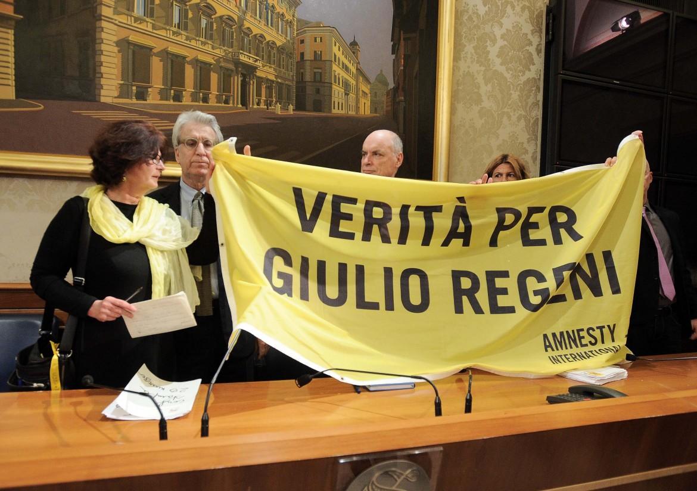 I genitori di Giulio Regeni, Paola Deffendi e Claudio in conferenza stampa con Luigi Manconi