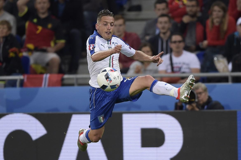 Giacherini durante il match Italia-Belgio, sotto Ibrahimovic durante un'azione