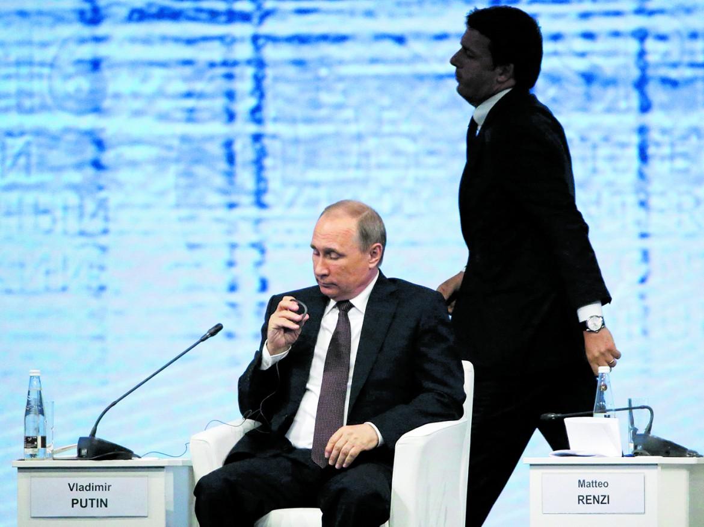 Putin e Renzi al forum di San Pietroburgo