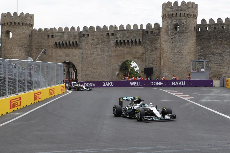 Il circuito  di Baku si snoda tra il centro storico dove c'è la città fortificata (patrimonio dell'Umanità, secondo l'Unesco),  il lungomare e il palazzo del parlamento. Sotto un manifesto del presidente Haydar Aliyev
