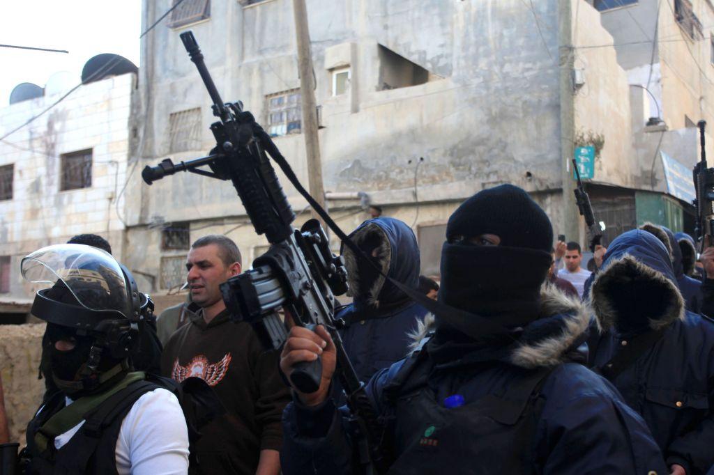 Palestinesi armati nel campo profughi di Qalandiya