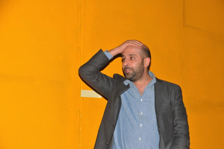 Checco Zalone sotto un'immagine da Quo vado