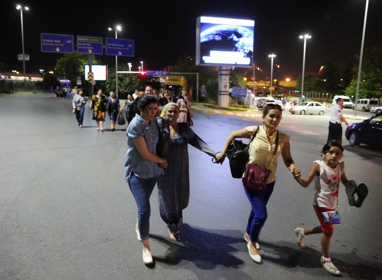 Feriti all'aeroporto di Istanbul, subito dopo l'attentato del 28 giugno 2016