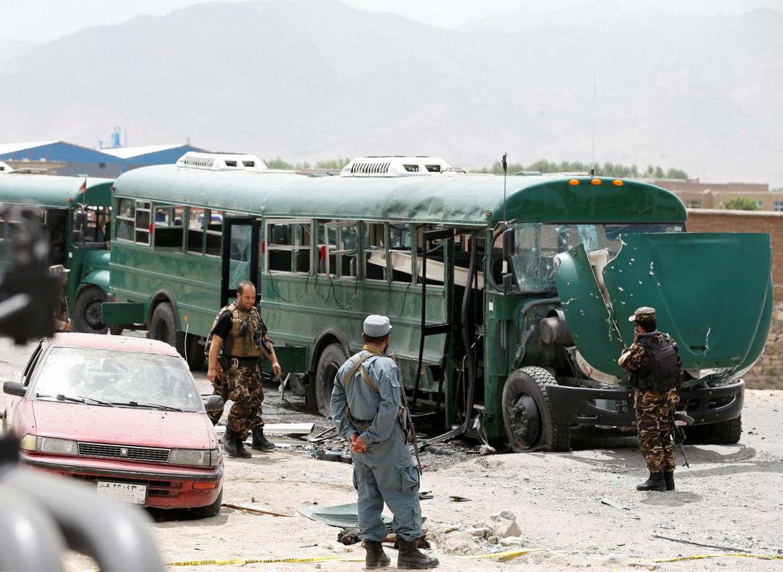 Kabul, attentato a un autobus